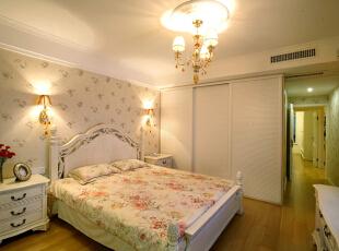不主张追求高档豪华,而着力表现区别于其他住宅的东西,比如现代室内家具、灯具和陈列品的选型,服从整体空间的设计主题,,