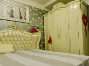 主卧:主卧大面积采用了深色欧式印花壁纸,作为主导色,在衣柜和床的选择上以亮色为主,和壁纸形成对比,最后通过灯具以及一些墙面石膏板造型和欧式的石膏线做点缀,从而形成一种暖色温馨比较让人入睡的氛围。,