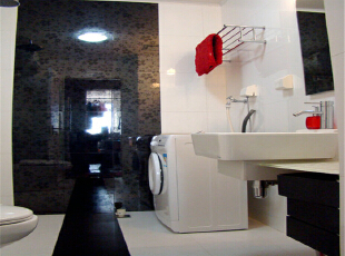 卫生间、和储藏间的空间利用率都较低,浪费空间,,