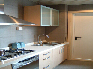 厨房空间狭长,操作台面太少,且电器无处摆放,空间凌乱。,