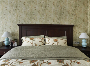 卧室里的搭配比较简洁,清新感十足,让人的视觉变得通透起来。复古的墙纸,深色实木的家具,特显质感,白色的梳妆台,精致优雅的床品,看似平淡的外观下,在这样精细而简单的点缀下令人倾心不已。,