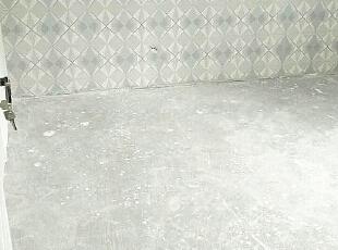壁纸铺贴完毕,等待木地板的安装,