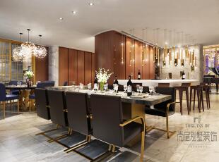 餐厅可以用华丽来形容,最吸引人的要数吊灯,吧台上方的吊灯像一组闪耀的风铃,摇曳出闪烁的光晕,中餐桌上的圆形吊灯,特别梦幻。,