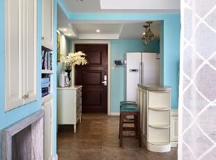 客厅旁边的收纳柜,中间增加了简化壁炉的造型,