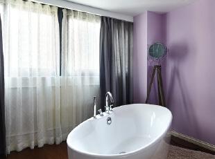 卧室里面的浴缸,