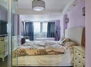 主卧酒店式的布局,玻璃透明的卫生间+浴缸。,