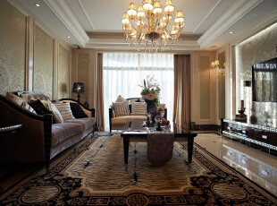 客厅明快直线吊顶映衬大面的纵向木质墙纸镶框,浑然一气。背景墙的同款同色呼应,气势恢宏,悦目简洁。,