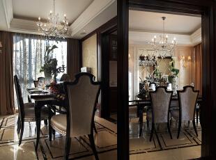 餐厅墙体镜面的菱形切割,优雅的壁灯点缀,欧式餐椅的摆置,落地窗的满满日光洒进,异域风情完美呈现。,