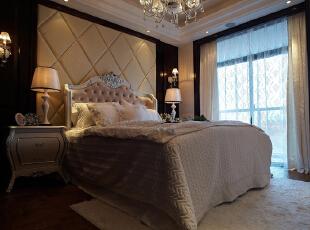 卧室墙面高质木纹肌理与吊顶经纬交错,华丽撞色,构筑极致的审美框线,