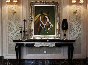 典型的对称欧式壁灯,贴对工整的墙纸壁框,简线案几,扑面而来迎主捧客的浓郁气息,