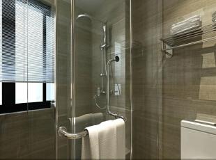 透明的玻璃推门让干湿区域完全分开,并且保证了干区的采光。墙面较为深色的瓷砖和各种高抛光的五金件也突出了整个卫生间的质感。 ,