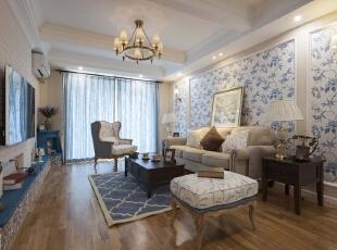 碧蓝的色调让人的心灵沉淀。将家居赋以蓝色主色调,同时搭配米色,桌子的设计简约别致,椅子的椅背以及凳子腿的设计看似简单,实则很是用心。,