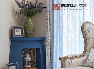 纯色系的简单窗帘不经意的带来小温暖的感觉。强调线条所带来的设计感和造型感。,