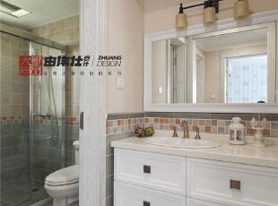 谁说卫生间不能美丽呢,经过设计师精心的设计,浪漫的仿古砖与米色涂料的相结合,精心的地面拼接,无论从哪个角度看去都充满了别样的风情。,