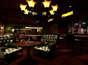 酒吧区运用镜面,透光石,不锈钢酒架及木质柜体,地面运用仿古地砖,营造真正酒吧的魔幻氛围。,