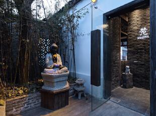 """进门前院以一尊佛像配以竹林背景,呼应进门青砖墙隔断,再配上顶部打下来的""""梵""""字的投影灯,整个环境无比静谧、幽静。,"""