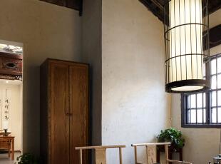 房屋原顶、青花瓷片砖、鸟笼灯、石墩、青花瓷罐等,无一不在述说着时代的沧桑感。,