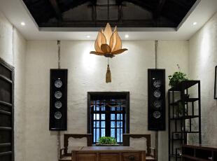 墙面的挂盘为设计师回收的老旧的青花瓷盘,后期重新加以木质地盘制作而成。,