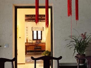 君子兰配以传统的中式灯笼灯,在灯光的渲染下很是幽静。,