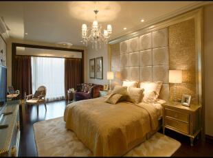 最能体现风格的是主人房,新古典主义的灯具配以洛可可式的梳妆台,加上古典样式的装饰品,让人们体会到了古典的优雅与雍容。,