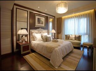 无论是家具还是配饰均以其优雅、唯美的姿态,平和而富有的内涵气韵,华美细腻的设计风格充分传递了富裕繁华的欢乐气息,令卧室更显温馨柔媚,描绘出居室主人高雅、贵族之身份。,