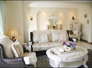 居室中满屋的混白家具是女主人和小女儿的最爱,整个搭配让人心里暖暖的、柔柔的,彰显的这个家其乐融融。,