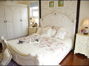 白色的家具弧线的轮廓收边贯穿着整个居室,如客厅白色的墙面搭绿色的窗帘眉头,女儿房粉色的窗帘、粉色的被套配上淡绿色的圆地毯,让这个小房间可爱到极致了。,