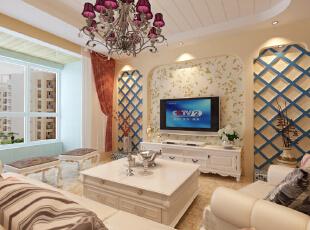 白色的条形吊顶、花纹的壁纸、蓝色的木质电视墙镂空,流露出一种自然、质朴之感,线条的简单,讲究生活的实用性。,