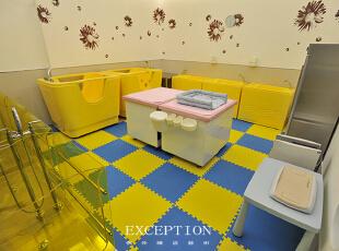 鲜艳的色彩对新生儿有一种强烈的吸引力,能够刺激新生儿对色彩的辨识能力,设计师选取柠檬黄和天空蓝作为婴儿游泳抚触室的主色调,贴近自然的颜色把空间装点得空间活泼清爽,圆润的家私边角处理贴心的避免了磕碰危险,保障新生儿安全。,