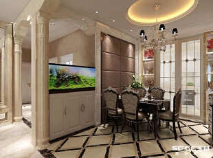 圆形的吊顶、嵌入式柜子和餐桌椅的搭配使餐厅的视觉立体感更强,欧式的柱子与墙面之间地柜和鱼缸的设计为整个空间增加亮点,为餐厅增添清爽感。,