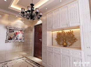 电梯处被合理的利用,柜子的设计既有玄关之感又能更大的储物,同样不失美观,装饰画、吊灯的搭配可谓是画龙点睛,点缀整个空间。,