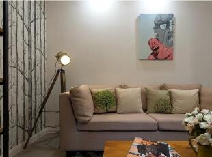 客厅设计比较简单,主要以舒适性为主,同时一面墙是树林式的壁纸,清新有时尚。,