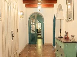 本案贯穿应用了地中海的元素,白灰泥墙、连续的拱廊与拱门,陶砖、海蓝色的屋瓦和门窗。沙发背景的蓝色景中窗是设计的亮点,也是地中海典型的设计元素,线条是构造形态的基础,因而在设计中是很重要的元素。,