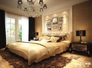 地面木地板,床头硬包,吊灯及软饰细节,成就一个独特的舒适居所。,