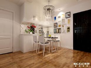 用白色柜子中间加银镜的形式搭配照片墙,营造一个温馨活泼的就餐环境。,