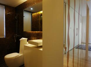 卫生间的设计是较为有特点的,特色的马桶,增添整个卫生间的一个设计感 ,
