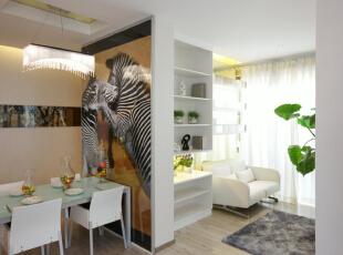 餐厅的储物台设计,有效的利用了空间因为是三口之家,所以先用较为简单的餐桌,有一部分餐厅的空间设计成休闲室,
