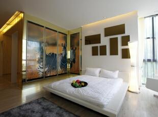 卧室装修,白色的大床,沿用客厅的背景墙设计,斑马身上的条纹漂亮而雅致这个卧室的整体感觉是给人慵懒舒适的感觉,简单床,简单的写字台,给人一种放松的感觉,