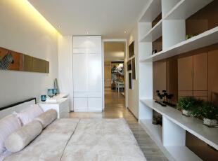 镜面的柜子,可以拉伸整个卧室的空间,且有较为有效的储物功能 ,