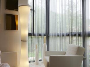 卧室阳台的设计,放一张沙发在落地窗旁,可以静静的享受早晨的日光浴 ,