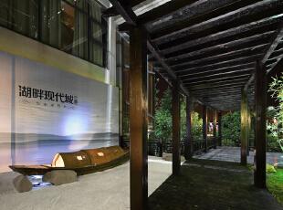 颇具古典风格的廊架是连接着售楼处和会所的通道。,