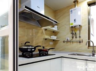厨房是半敞开式的,玻璃推拉门让采光变得通透,热炒的时候关起门来,毫不影响其他领域的空气质量。,