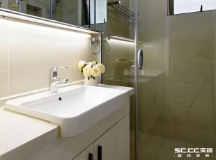 卫生间空间局促,只够容纳一个淋浴房,挂壁的马桶节约出了一点空间,正好让对面可以放下台盆柜,台面不大,所以大部分的洗漱用具被收进了上方的镜柜里。,