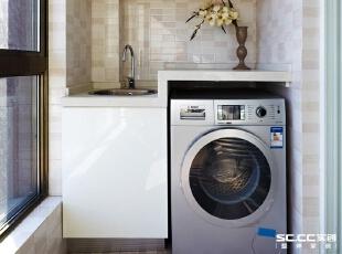 由于空间有限,阳台必须具有操作功能,洗衣槽的旁边正好放下一个洗衣机,而下方特地做成了柜子用来放些杂物。,