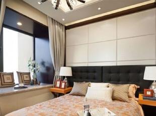 暖色系的软装配饰可以为黑白色主调的卧室增加很多变化,在这里你会睡得更安心。,