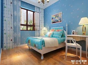 儿童房采用具有蓝色的壁纸,营造出一种生动活拨的空间。,
