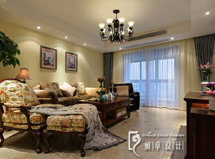 看到了客厅的印花沙发和美人榻了吗,这是女主人挑选的,对于花的喜爱从来是有增无减。细心地你会发现客厅的这组柜子与餐厅柜子风格款式及颜色遥相呼应,细节体现设计。,