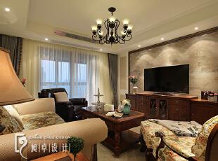 """客厅里的""""花色""""已经太多了,所以电视背景墙用镜框线搭配亮面的玻化砖,增加空间的立体感。,"""