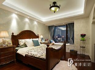 """卧室,作为最隐秘和放松的场所,都想将其装饰得舒适些,低调而实用的物件让房间更有舒适感。实木的床和地板,色调统一,延续了美式风格,女主人的花也""""登堂入室"""",点染空间的氛围。,"""