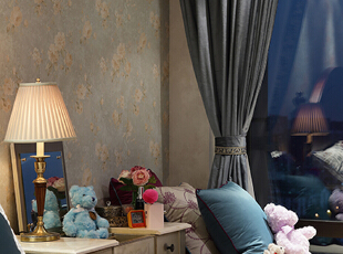 床头柜,设计的时候考虑女主人的习惯,我们并没有按照约定俗成的规定,将一左一右放置相同的柜子,在靠近飘窗的位置,我们为女主人准备了化妆台,完善卧室的功能,将空间合理利用。,